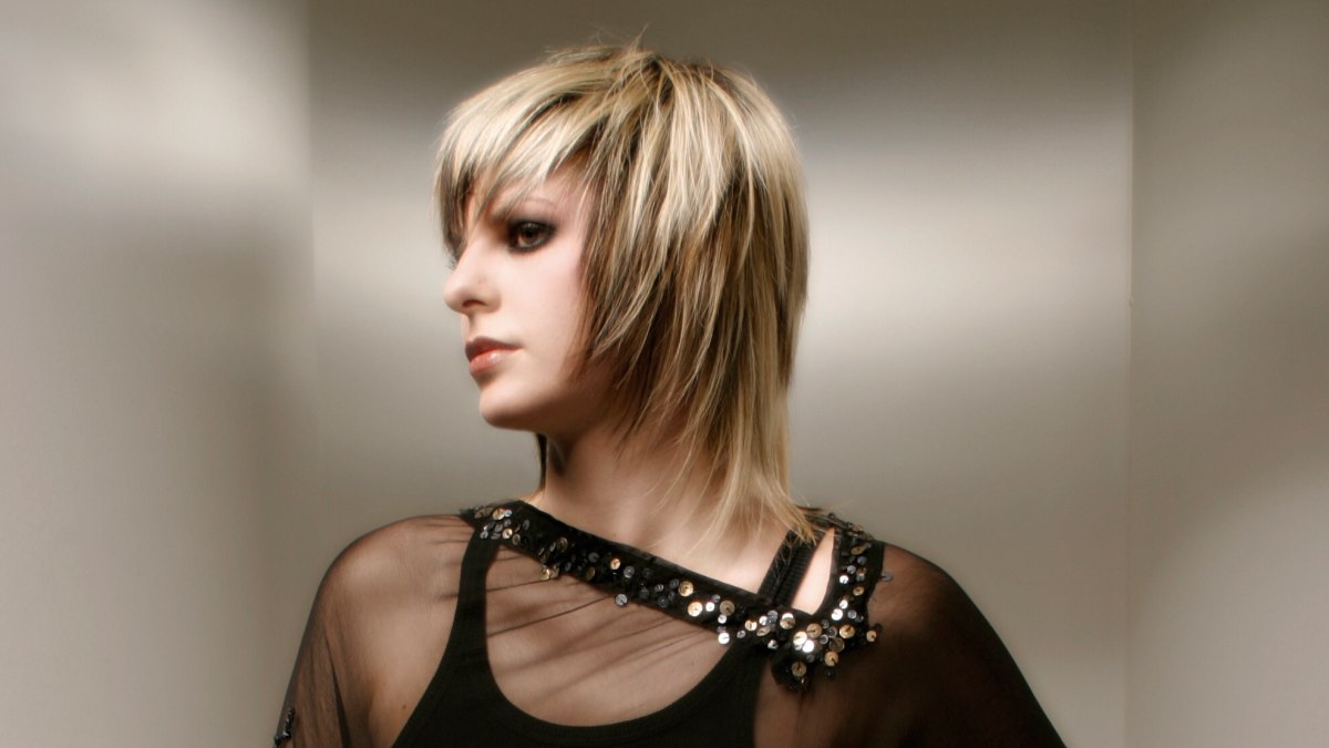 Medium Length Hairstyle With A Tapered Cutting Line Around