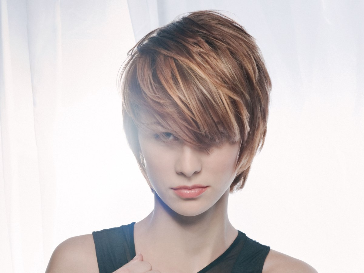 Short hairstyle with highlights and lowlights