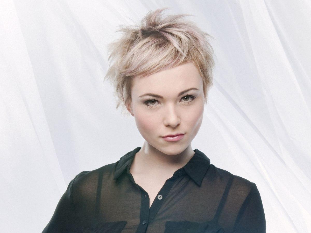 Cute blonde short haircut with horizontally floating bangs