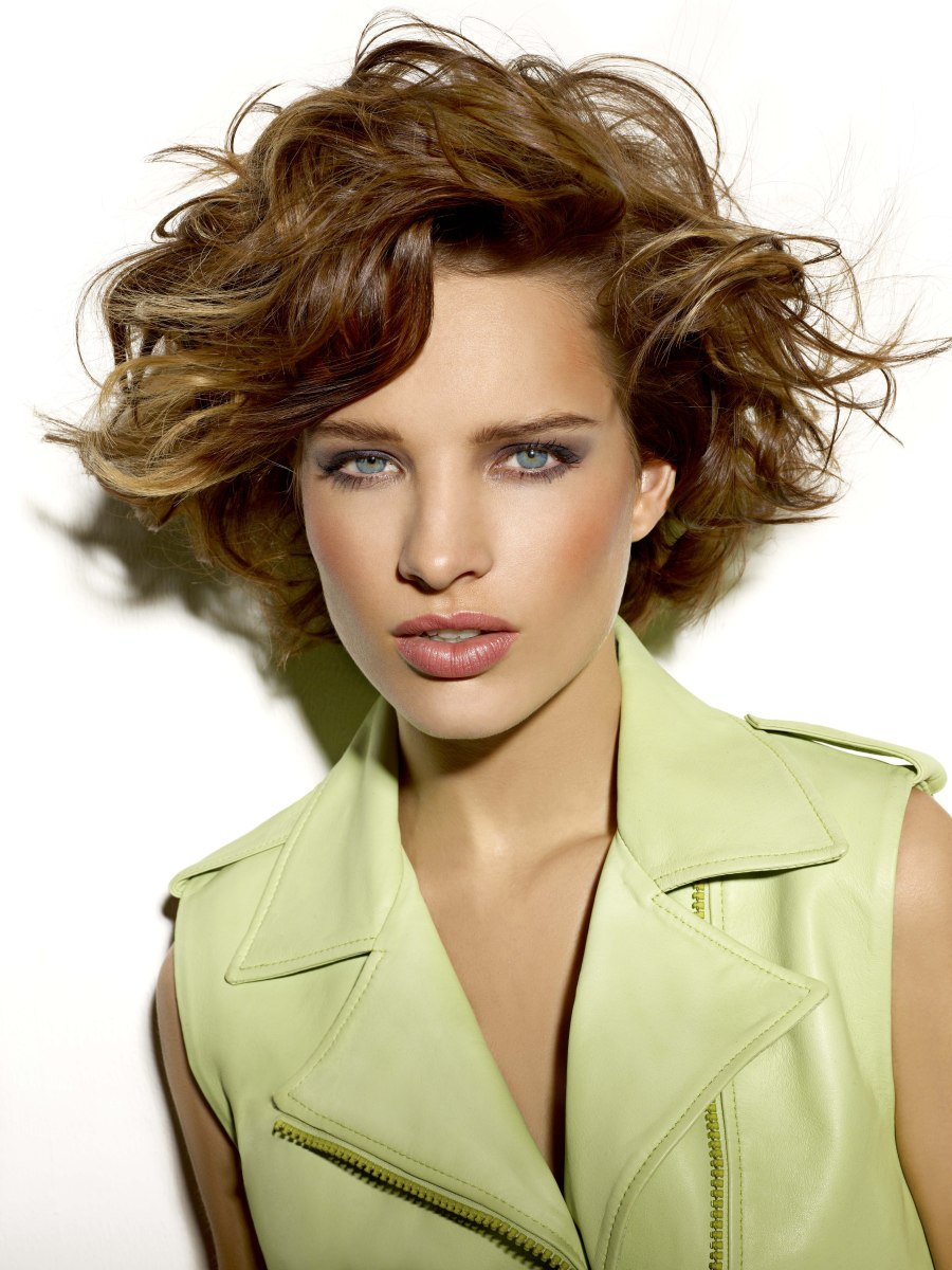 Short Layered Hairstyle With Larges Waves, Short Neck And