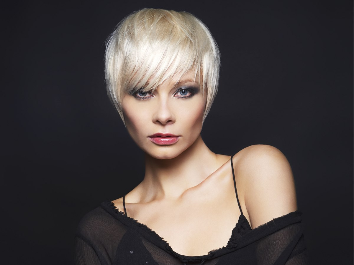 Short blonde hairstyle that fits the shape of the head | Point cut ...